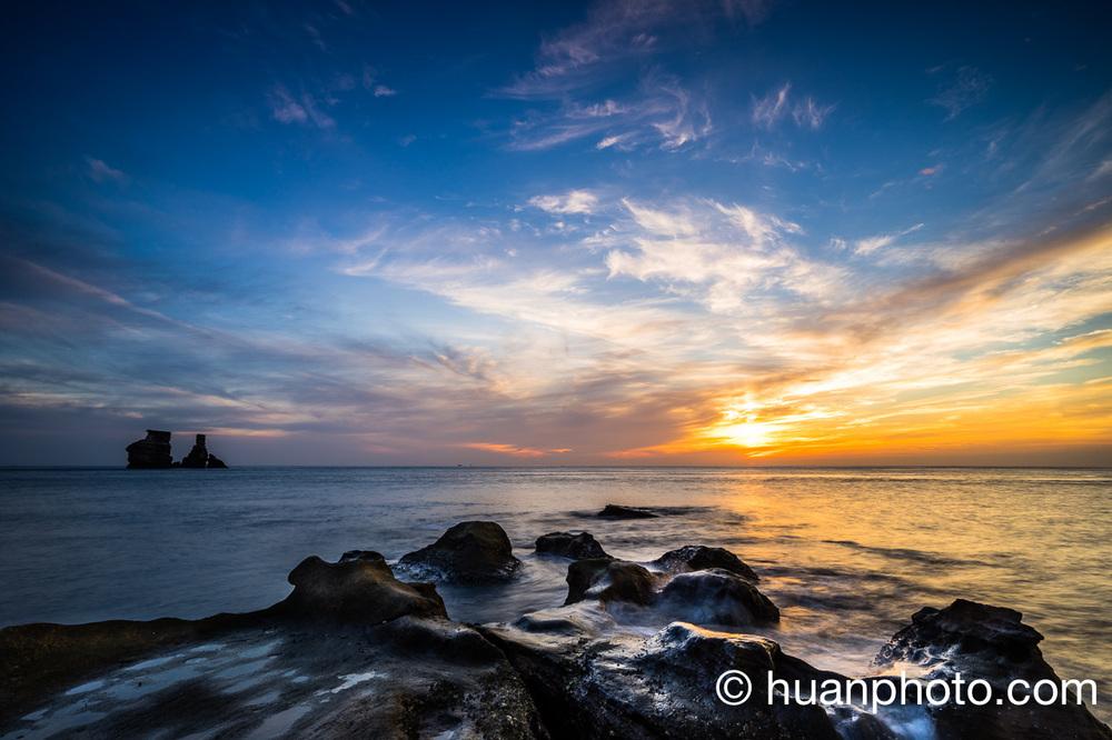 5:07 日出後2分鐘,回到橘黃與藍色色溫,太陽光延伸整個海面