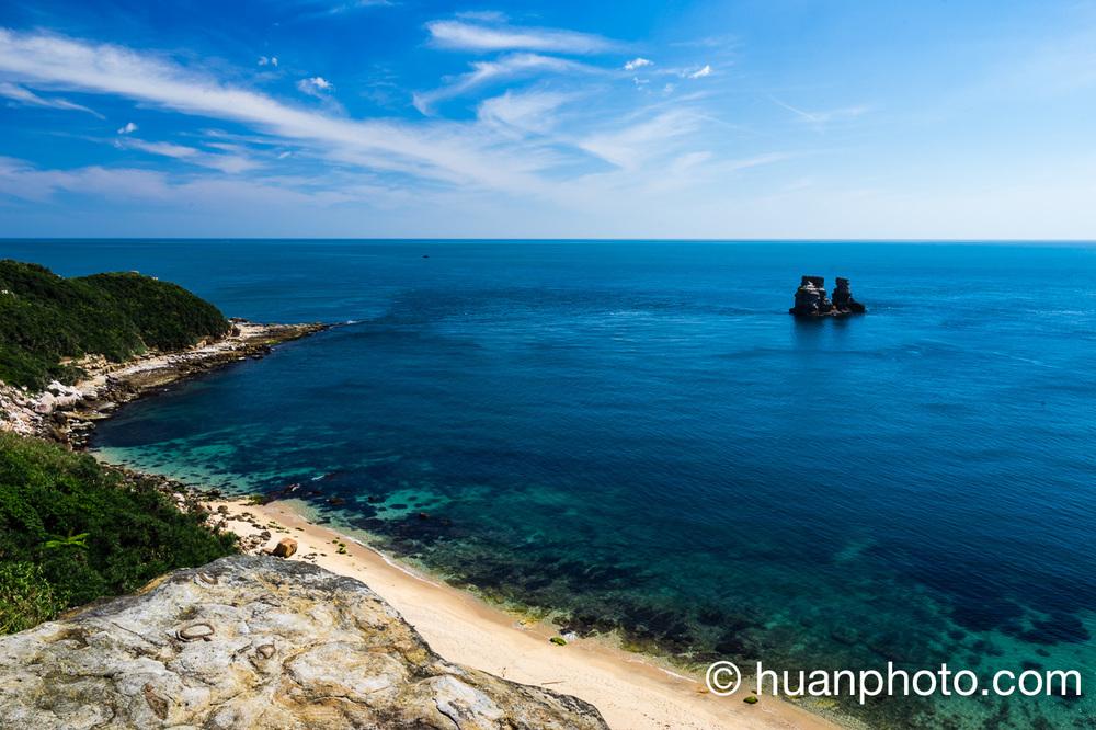 8:58 隨童軍團再回到獅頭山涼亭俯瞰夫妻石,左側是神秘海灘。