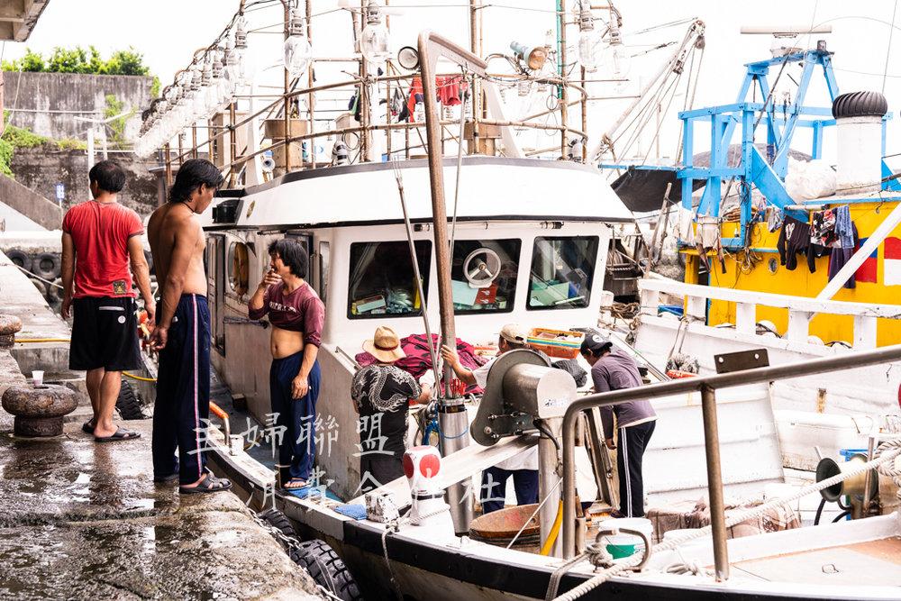 海釣船進港準備卸貨 - 受主婦聯盟消費合作社委託跟著供應食材的契約生產者到漁港載運最新鮮的馬頭魚。海釣船通常一般得航行至少三天到有馬頭魚群蹤跡的海域進行海釣。為何不用漁網?長知識了 - 因為海釣魚的品質和賣相較佳。