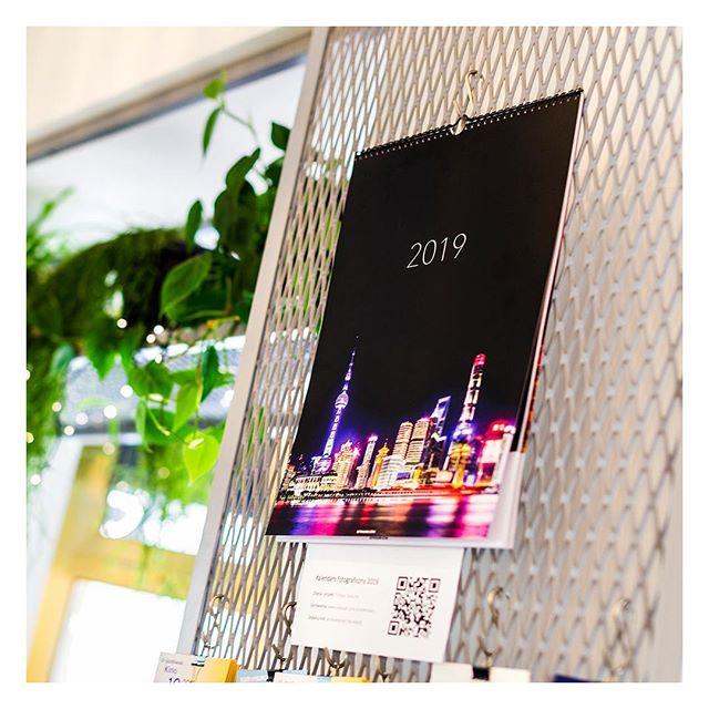 Ruszyliśmy z wysyłką mojego kalendarza na 2019 rok 📆 Link do sklepu na moim profilu, a pierwszy egzemplarz możecie obejrzeć w @kawiarniacoffeedesk ☕️ . . . #kawiarnia #kawa #coffeedesk #coffee #kalendarz #kalendarz2019 #fotografia #foto #warszawa