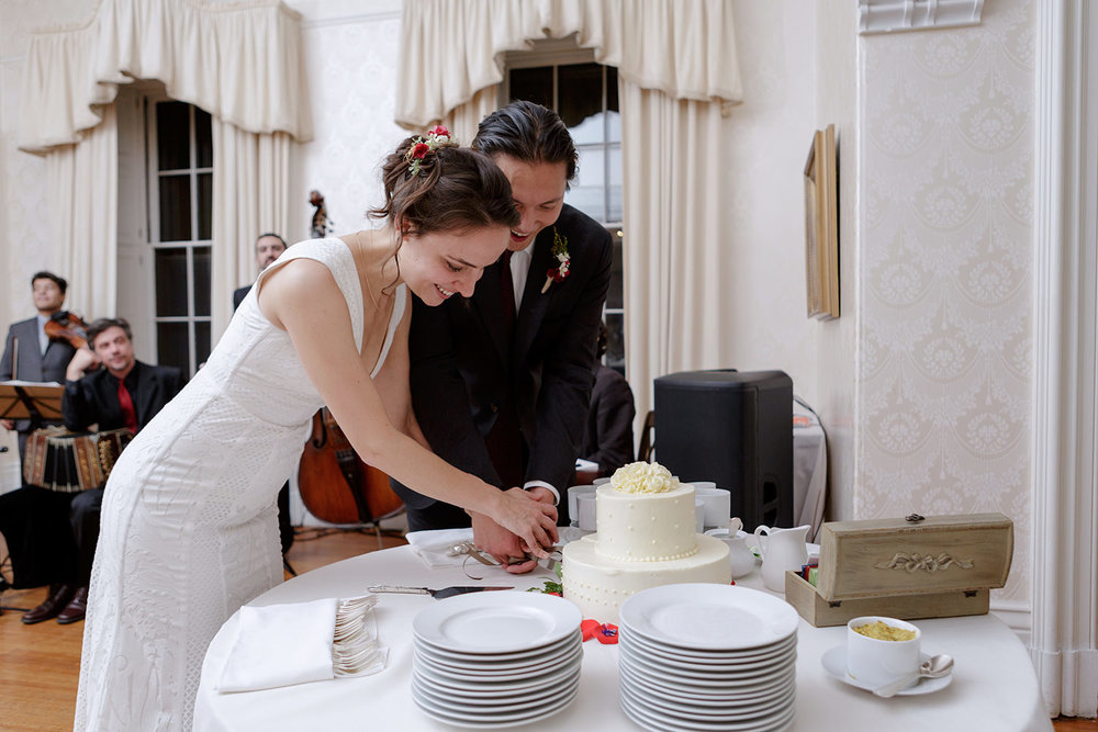 commanders mansion wedding photography cake cutting