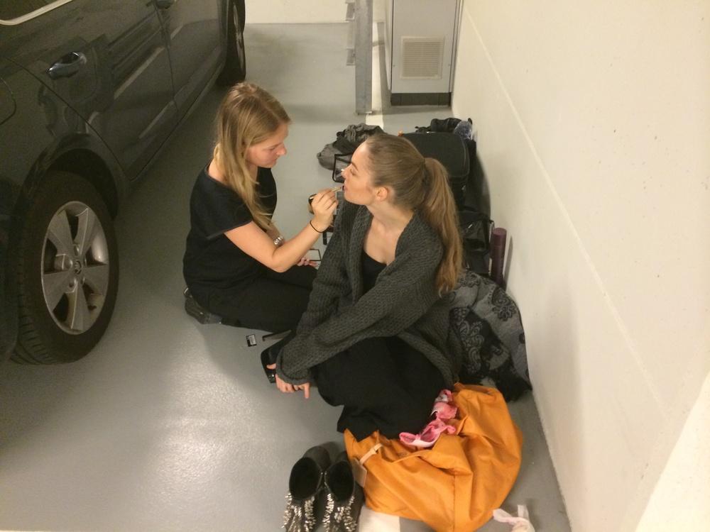 Den anden makeup artist på shootet var Mia, som jeg har brugt en del gange. her igang med at hjælpe Anina med det sidste før shootet.