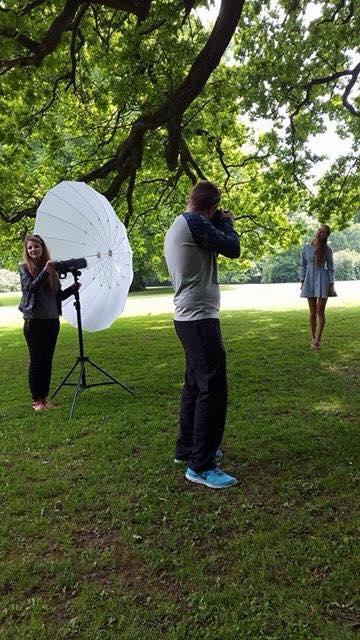 Model: Emily, Assisten, Lea. - Her skyder jeg med Sigma 50mm, samt Profoto B1