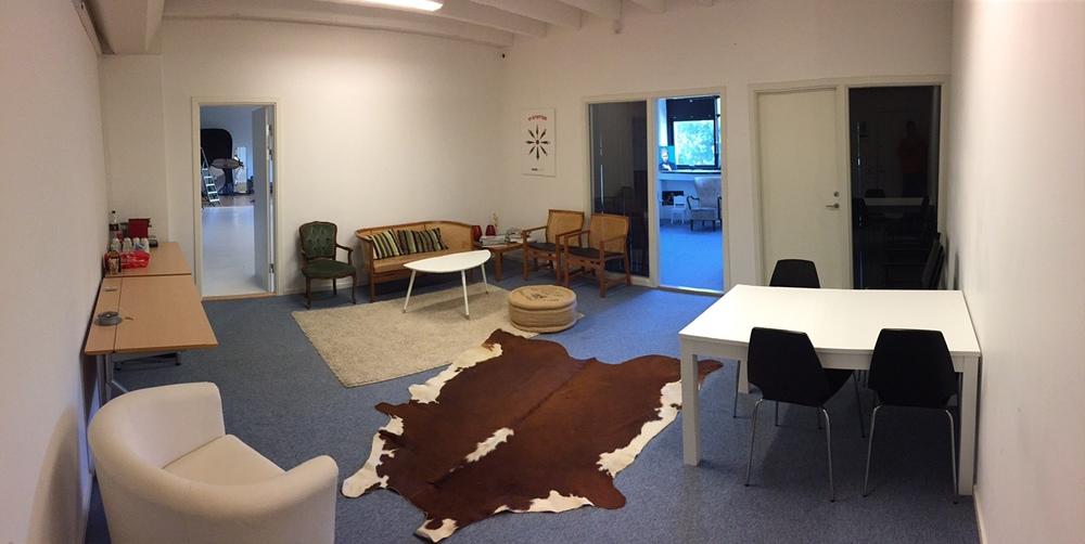 Velkomst område, med lille lounge område samt mødebord