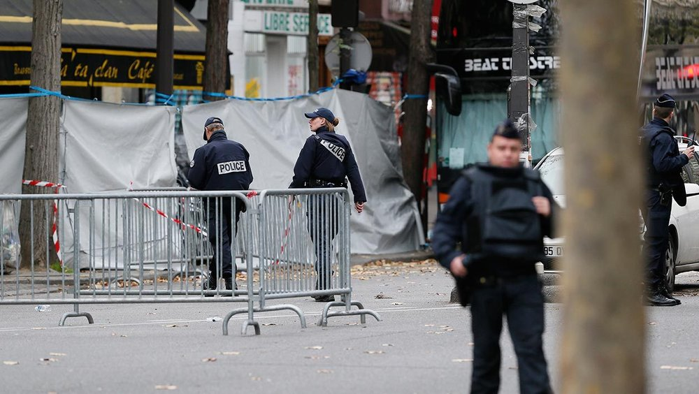 Police outside Le Bataclan.   (Source: bfmtv.com) .