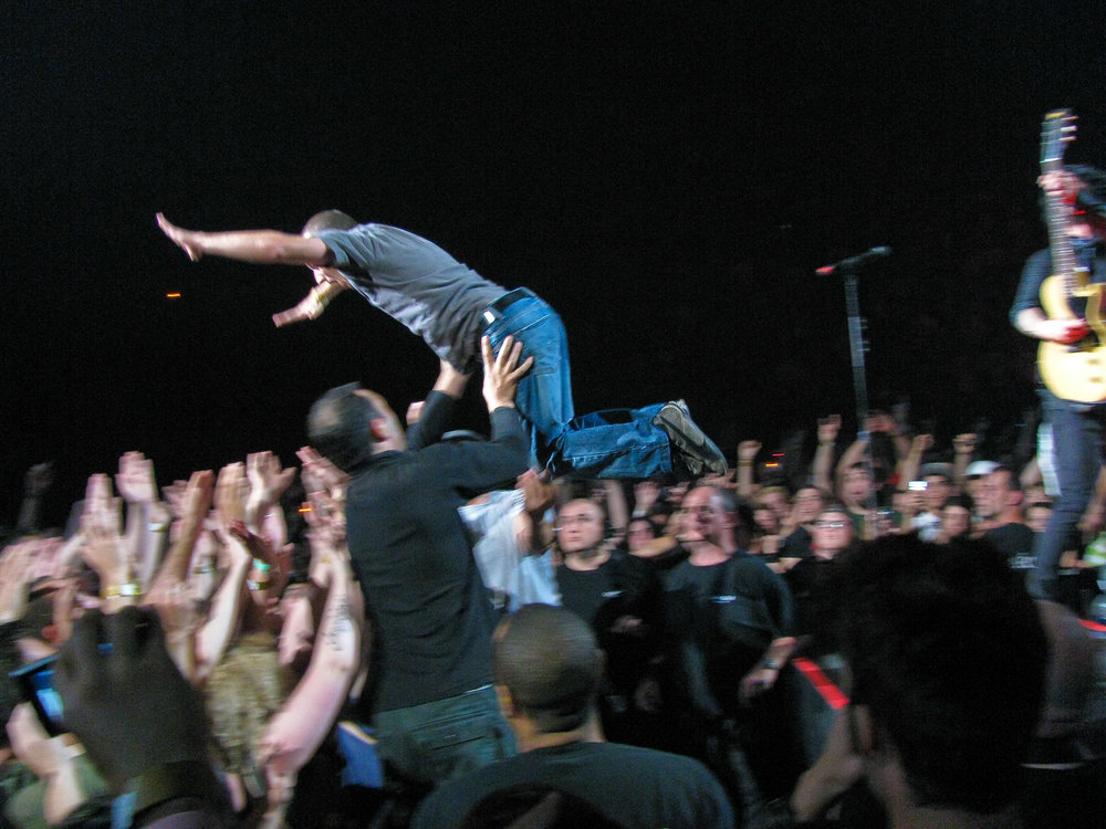Crowd_surf_Green_Day.jpg