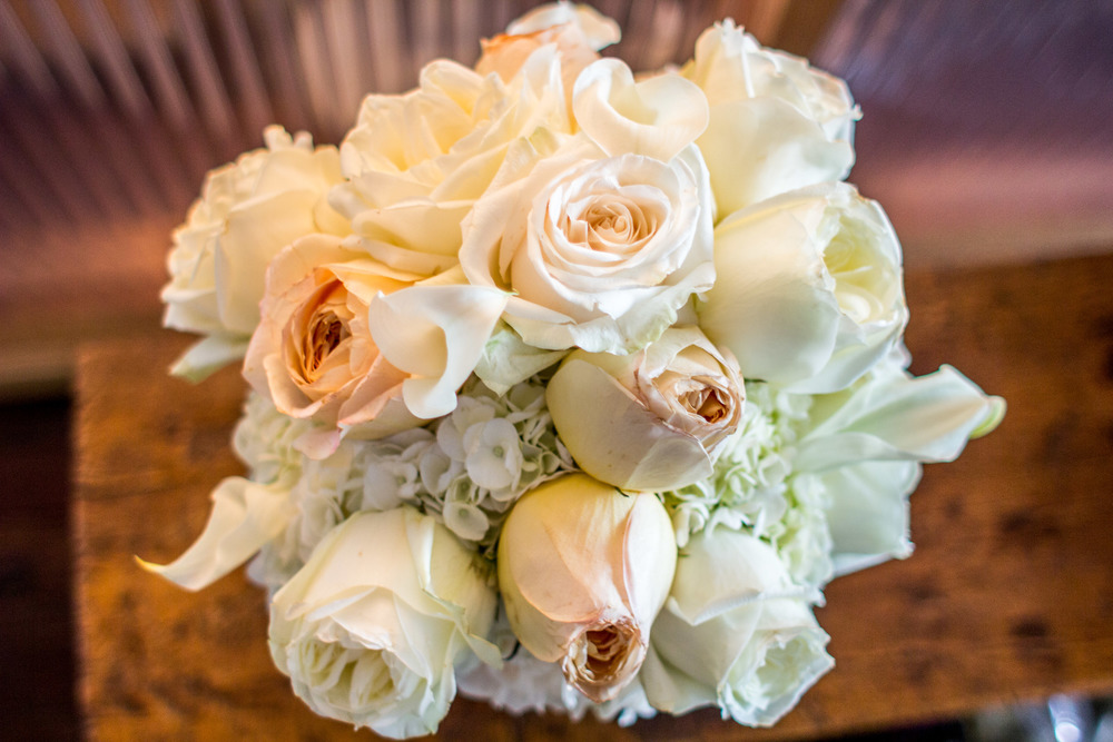 bride bouqet peach white roses