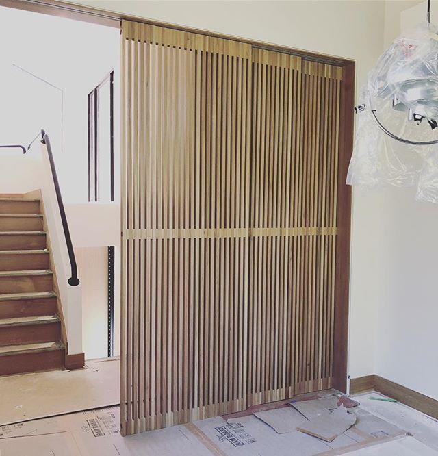 Shoji-style custom slatted doors installed ✔️ In collaboration with @collection_id 🖤 . . #utahdesign #interiordesign #moderndesign #hannahgalbreathdesign #customdesign #eightiesfab