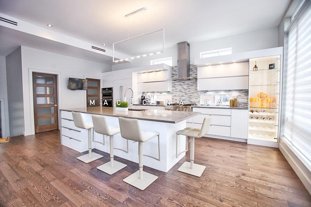 Belle cuisine blanche et spacieuse