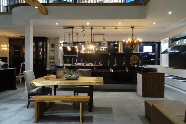 Salle de montre de cuisine vue de table chez MACUCINA à Laval