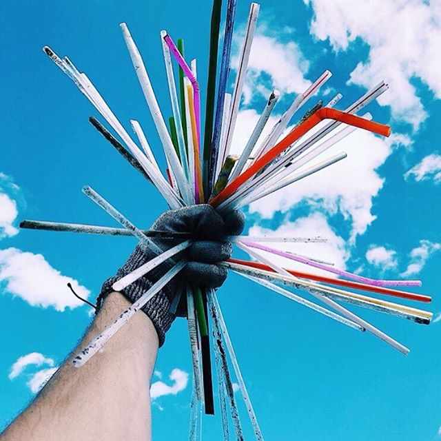 The tides are finally turning on plastic straws, and our oceans couldn't be happier. Every day, Americans use almost 500 million straws, many of which end up in the ocean. Now, thanks to organizations like @lonelywhale, straws are on the decline! #skipthestraw #dontsuck #beatplasticpollution #solarforgood @adriangrenier 📸 by: @eatingwithmax