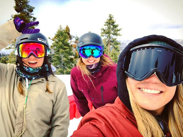 2017: year of the girl gang (and the only time I've ever been cold at @bear_mountain ) ✌🏻❤❄️ #volcom #volcomsnow #volcomouterwear #truetothis #bearmountain #sportsbraaaaah #supportyourlocalgirlgang #girlswhoshred #smithoptics #smithwomen #electricvisual