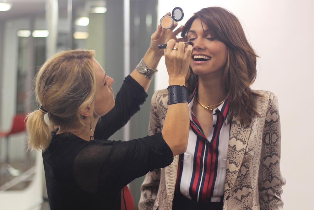 Dorina Szabo retocando el maquillaje de Keity.