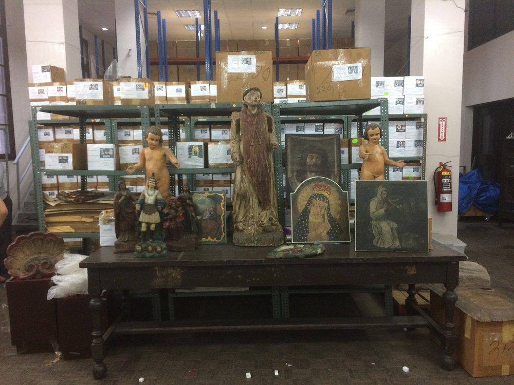 Las piezas se encuentran custodiadas por candados detrás de las grandes puertas de la que fue la sala de exhibición principal del museo.