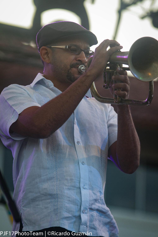 Los arreglos de la música fueron realizados por el trompetista  Roberto Ruiz .