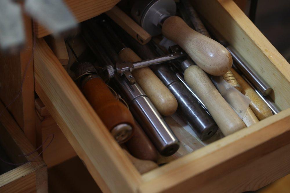 Algunas de las herramientas que utiliza para trabajar.