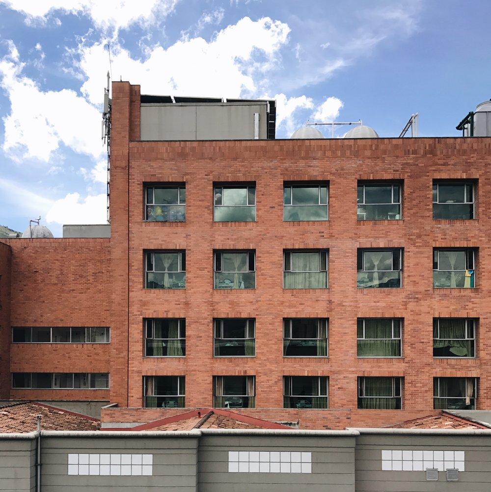 La ciudad se encuentra repleta de edificios de ladrillos. La paleta de colores marrones se extiende a lo largo del valle.