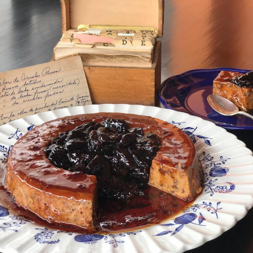 El flan de ciruelas pasas fue su receta favorita de todo el proyecto. Instagram @maitecastrellon.