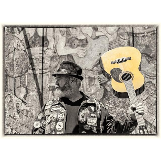 #menwithbeards #beards #musician #guitar #portrait #thudstudios #blackandwhitephotography #ilovetophotographmen #shariyantraphotography @matthewgossin   Photo by Shari Yantra Marcacci