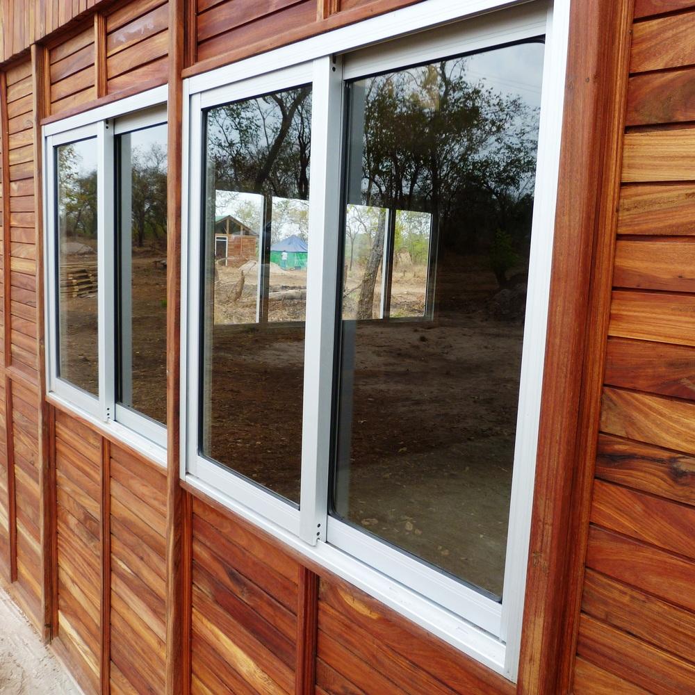 Caixilhos das janelas podem ser em alumínio ou madeira -Window framescan be aluminum or wood