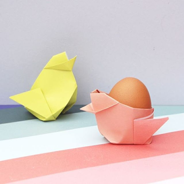 I know the Easter bunny is considered the main attraction, he does bring the chocolate eggs after all but I think these chicks are pretty cute too. In fact, I can't think of a cuter way to display your eggs this Easter. How-to is over on the blog 🐔🐣🐥