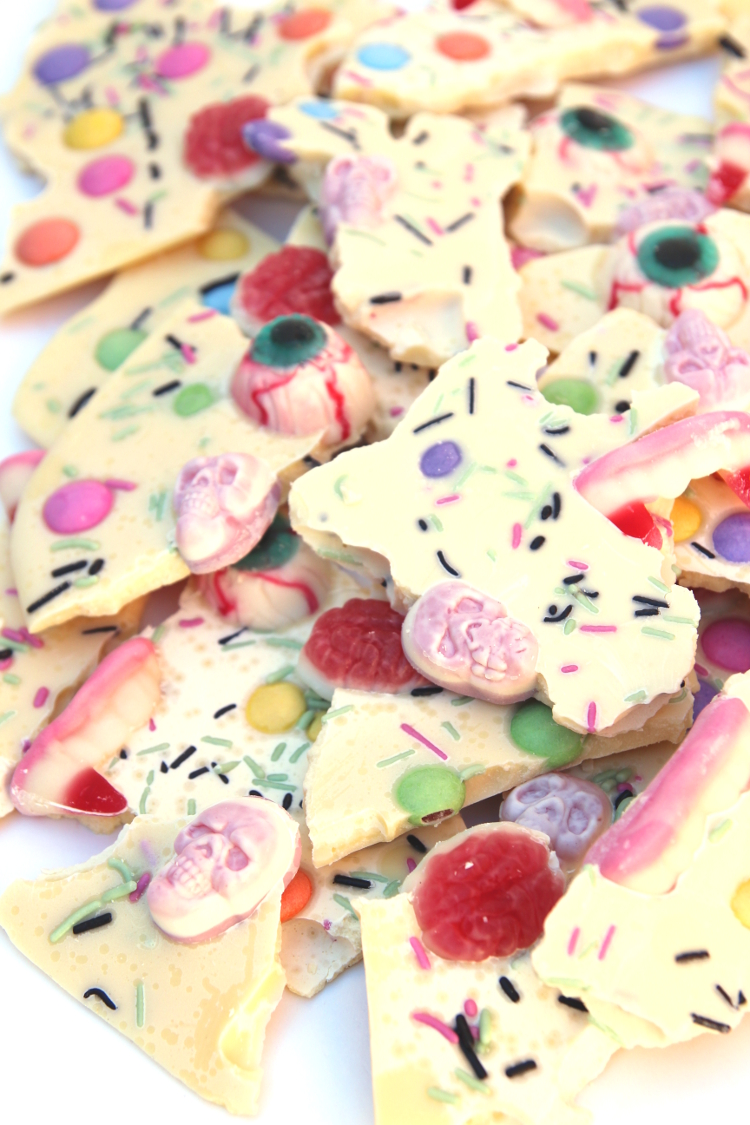 Make Halloween white chocolate bark #halloween #chocolatebark #chocolate #recipe #gatheringbeauty