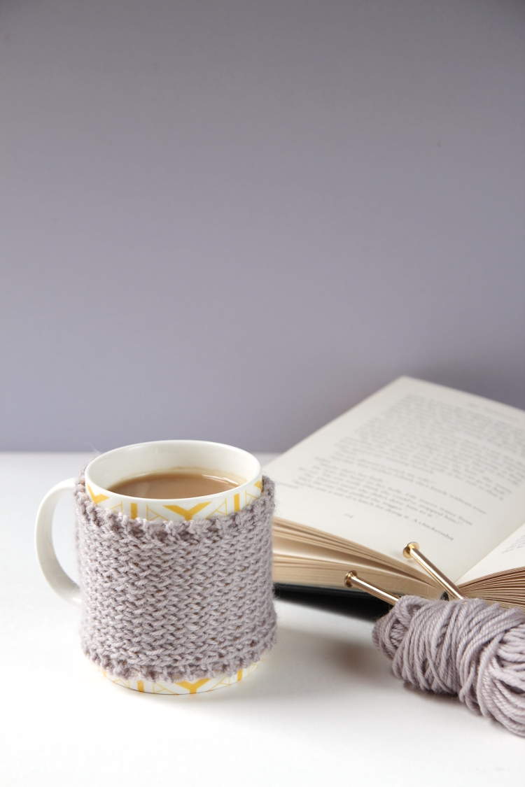 how to make a knitted mug cosy using this free pattern #knitting #knittingpattern #freepattern #winterknits #autumnknits #gatheringbeauty