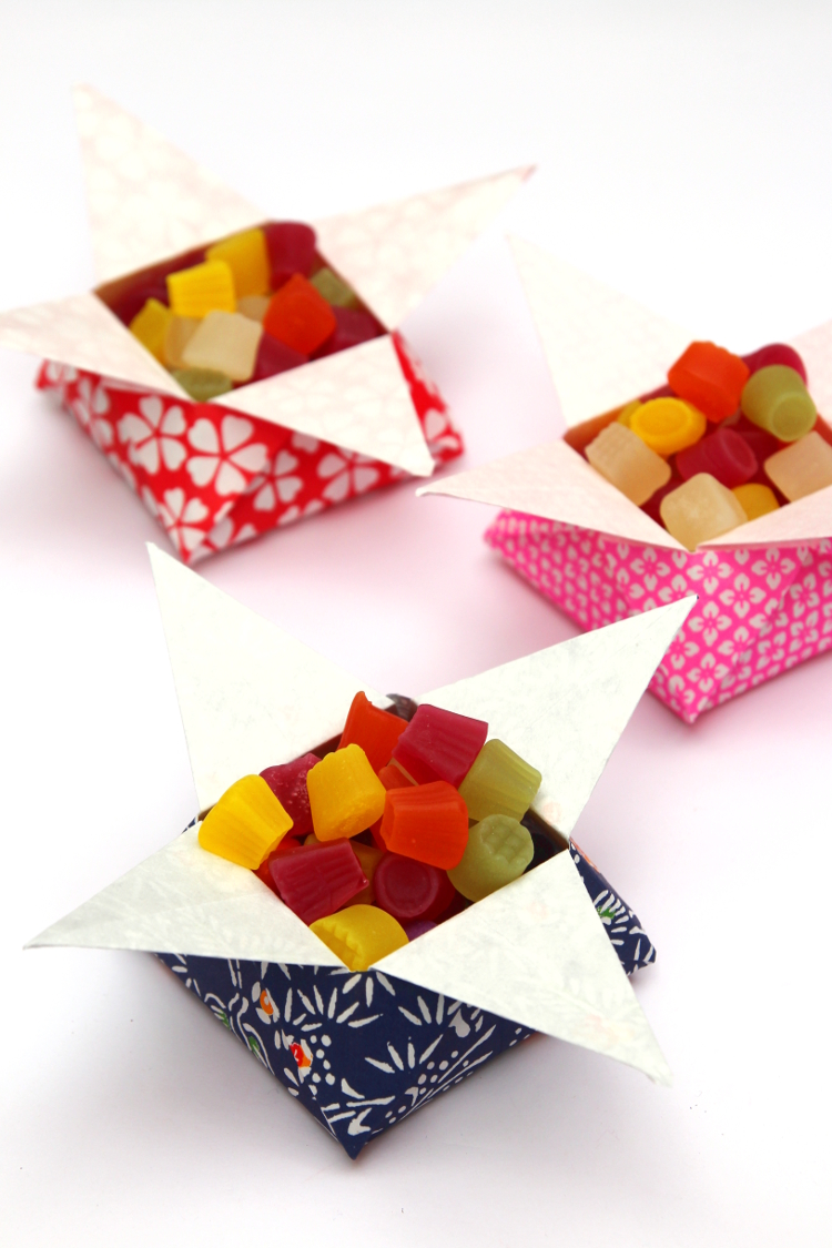 LEARN HOW TO FOLD ORIGAMI STAR SNACK BOXES.