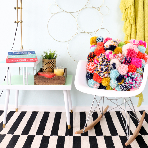 http://www.akailochiclife.com/2016/09/diy-it-cozy-pom-pom-pillow.html