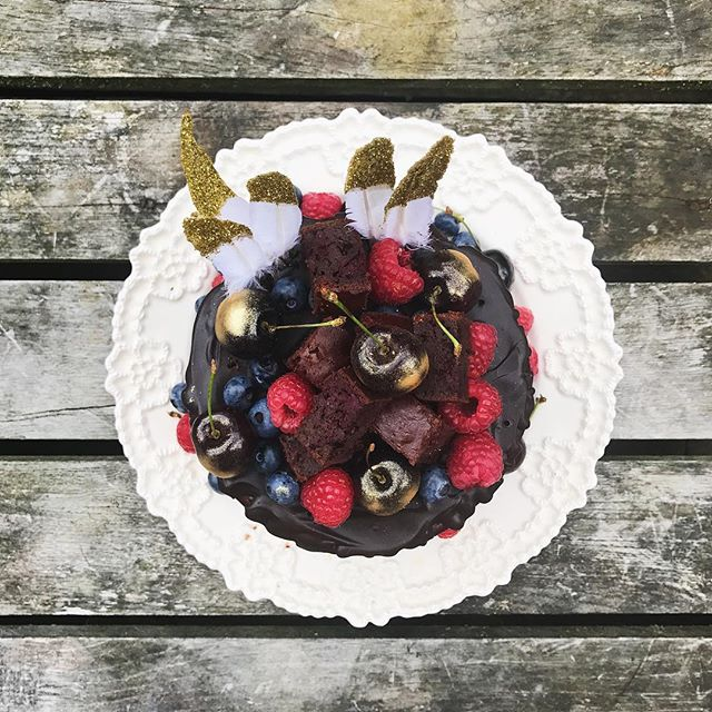 I can't think of a better way to start my 30th Birthday week.  A surprise visit to Soho Farmhouse with my Mum and Meeths, complete with head to toe pampering and THIS 👀 triple layer red velvet chocolate brownie Birthday cake, made by my cake extraordinaire of a sister, @georginalily - it's free from all the things I can't eat, includes a serve of veggies and is made using a recipe from F+P.  Triple win! I'm grinning from ear to ear.  @clairehelenc @lauren1412 @georginalily, you're the BEST ❤️check stories to see the layers!