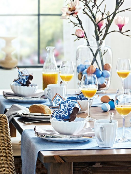 Easter eggs, chocolate bunnies, and a simple blue and white color theme make for a beautiful and relaxing Easter breakfast table. Image via  Arhitekturaplus .