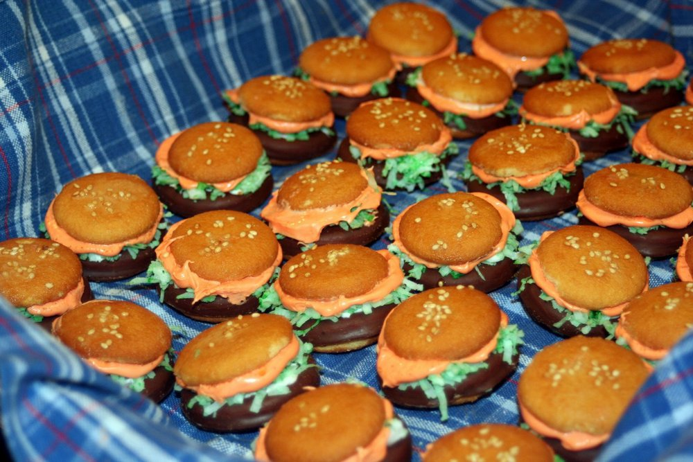 Mini Hamburger cookies - Family friendly summer treats. Image via The Entertaining House