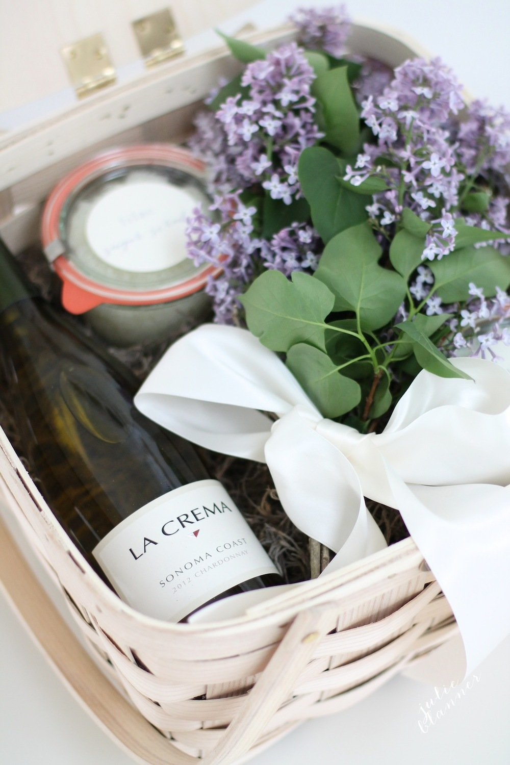 Simples steps to ensure you're a gracious houseguest. Bring a small gift. Image and more ideas via  Julie Blanner.