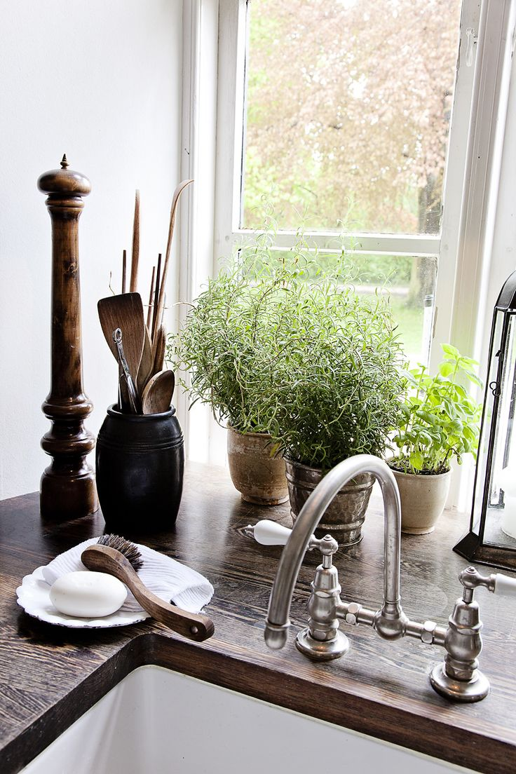 "Creating a ""clean"" kitchen. The Entertaining House. Image via  DigsDigs"