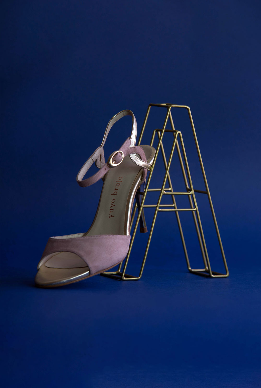 Amarras shoe with letter