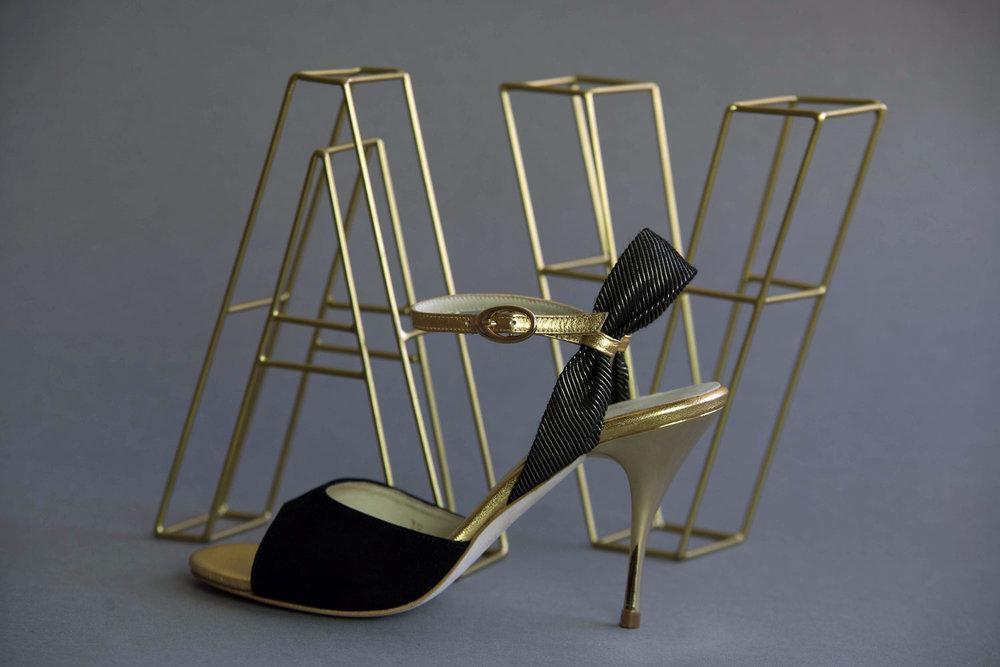 Al verla pasar shoe with letter
