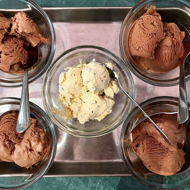 Made lots of ice cream this summer from incredible raw Jersey cream. Chocolate and strawberry are two unfailing favorites at our house, but we branched out into fresh peppermint, cherry vanilla, choc peanut butter, and peach this year! Pure maple syrup is my preferred sweetener for all the flavors. #westonprice #realmilk #oliverwestonco #hudsonvalleyfood #onlythebest #chefhannahspringer