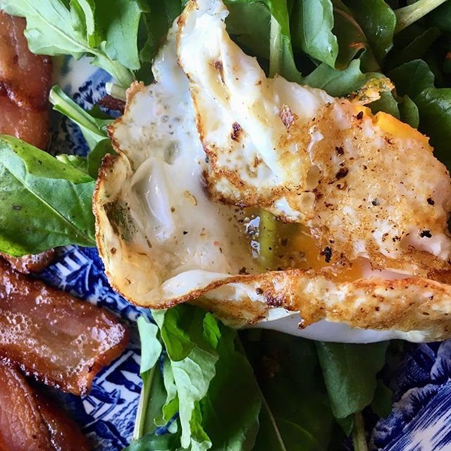 @mxmorningstarfarm arugula with sunny side egg pocket and organic bacon.... perfect midday meal #oliverwestonco #paleo #eatwell #hudsonvalleyfood #chefhannahspringer