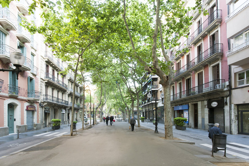 LA RAMBLA DE POBLENOU - It is a nice and fresh promenade in summer thanks to its trees and it is very attractive with its terraces, many shops, bars and restaurants both local and trendy. It has a very alive and cultural life!The house is located on the same Rambla del Poblenou, very close to the iconic 'Aliança del Poblenou'. It gives to the back of the building what gives it a lot of tranquility, light and beautiful views of Montjuic.