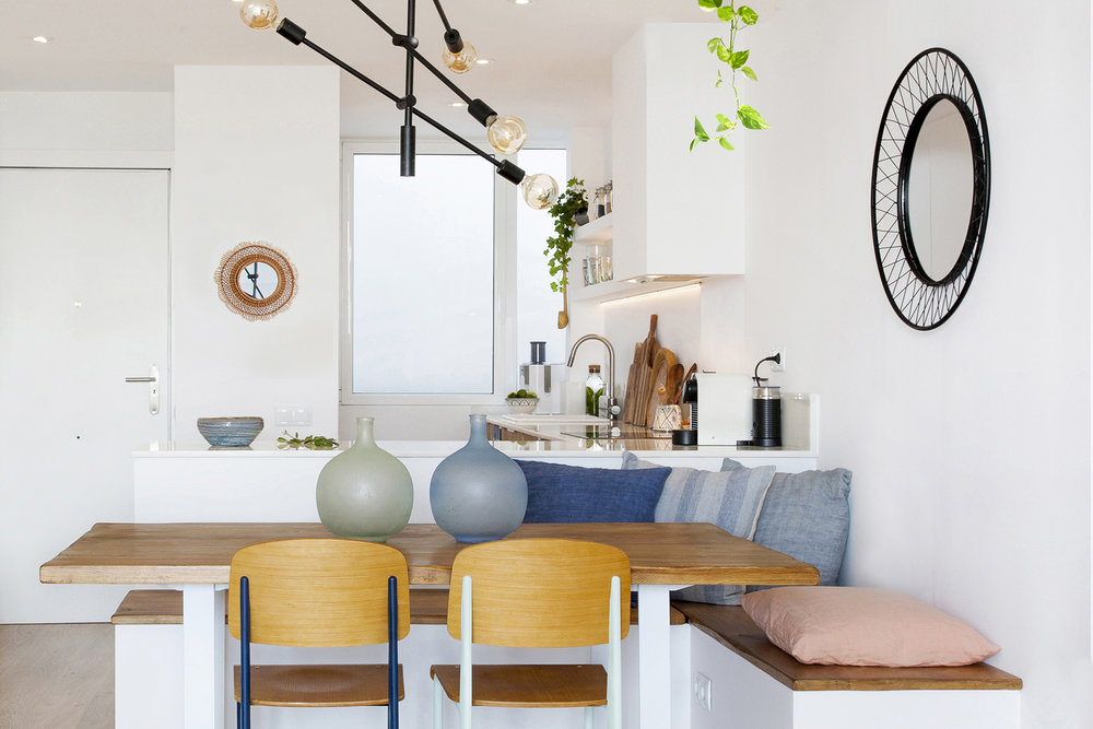 WELCOMING & PRACTICAL DINING AREA - Practical kitchen-dining area with a bench with drawers.