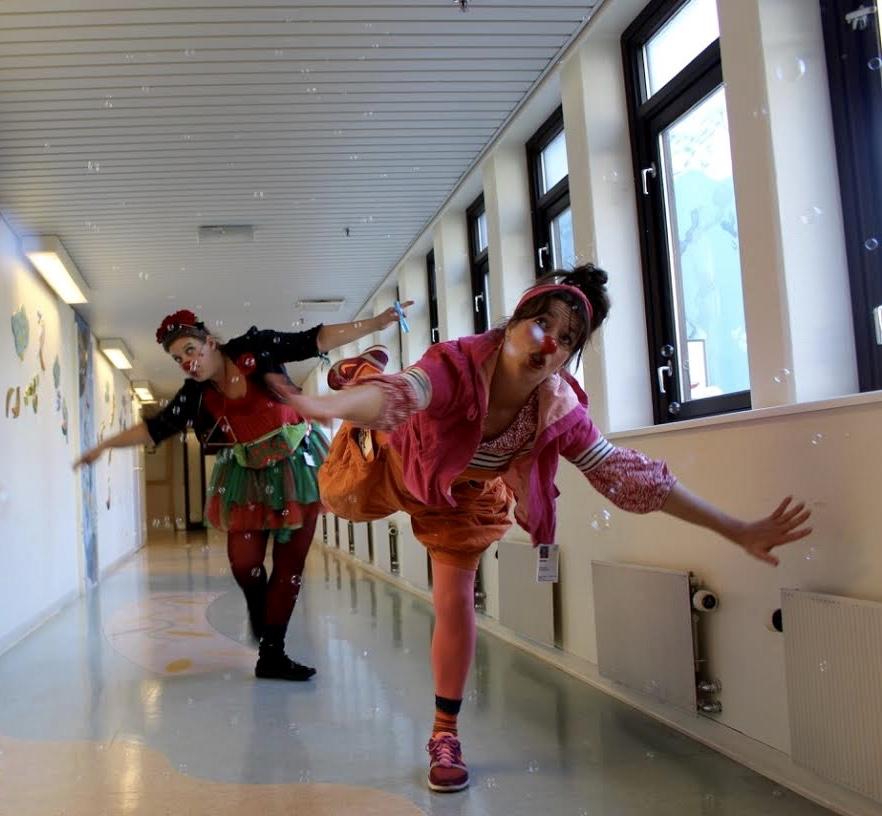 Marsipan og Bolla Bensin danser seg gjennom en boblete korridor på sykehuset i Kristiansand