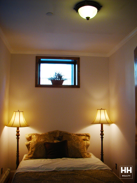 hh_235west1371_1R_bedroom_gallery.jpg