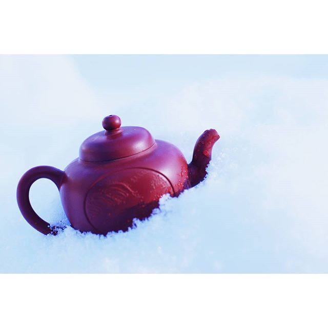 Missing that snow! Pictures from colder days when we're brewing aged baozhong oolong gongfu style from Pingling, New Taipei #baozhong #agedtea #afternoontea #teaaddict #teaobsession #tea #taiwantea #snow