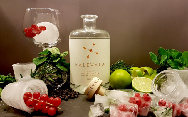 Kalevala gin with berries and garnishes and ice