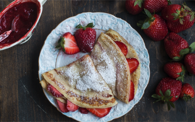 gin pancakes with strawberries and dusted icing sugar