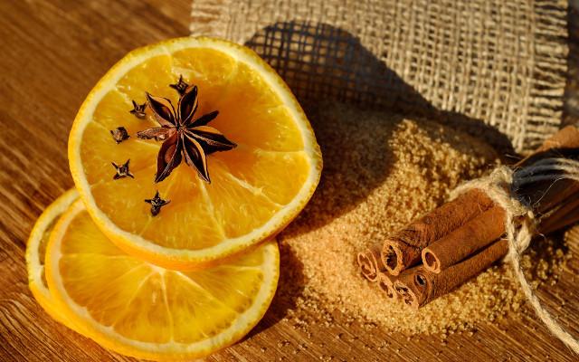 Orange wheel, cinnamon, star anise, clove and brown sugar