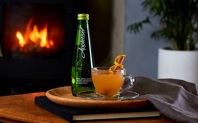 appletiser+mocktail+christmas+drink+with+fire +cinnnamon.png