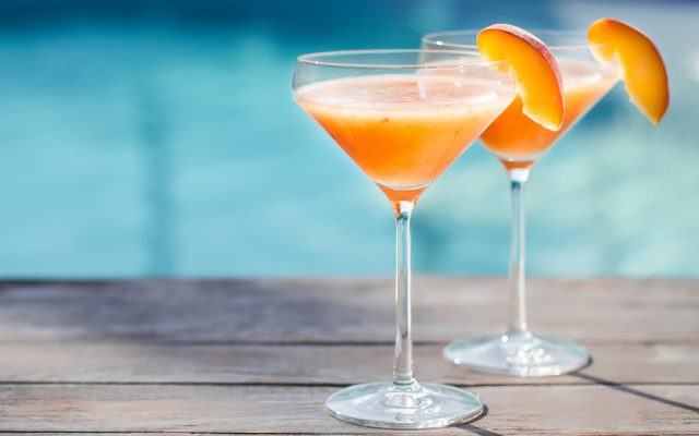peach+gin+cocktail+with+peach+slice.png
