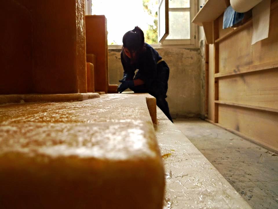 Studio Nucleo´s laboratory.  Torino (IT) 2012.   Studio Nucleo. Resinite.Resin Fossil Table, fiberglass, resin and pigment - work in progress - 1200 x 2800 x 720H mm.   Design: Studio Nucleo. Piergiorgio Robino and Stefania Fersini.