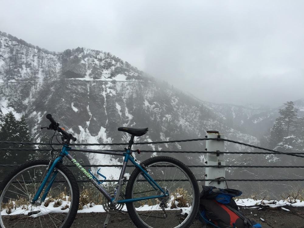 100 km dans les montagnes enneigées sur cette bécane.